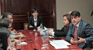 Reporters meet with Chief of Staff Ingrid Vila, Treasury Secretary Melba Acosta and Planning Board President Luis García-Pelatti prior to the address. (Credit: La Fortaleza)