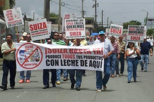 Dairy farmers took to the streets Tuesday to protest against Suiza Dairy's alleged practice of importing milk to produce products sold locally. (Credit: P.R. Farm Bureau)