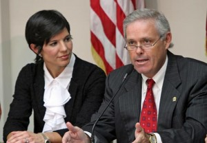 From left: La Fortaleza Chief of Staff Ingrid Vila looks on as GDB President Javier Ferrer meet with reporters to disclose remedies for the Highway Authority's fiscal woes.(Credit: La Fortaleza /Alex Rafael Román)