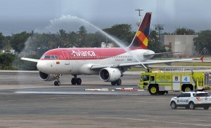 """Avianca's Airbus 319 arrived to Luis Muñoz Marín Airport Wednesday afternoon, and was welcomed with the traditional """"christening"""" given to new airlines. (Credit: © Mauricio Pascual)"""