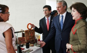 From left: A community entrepreneur shows off her creations to Francisco Chévere, Alberto Bacó and Sila Calderón.