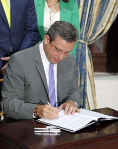Gov. García-Padilla has signed several laws since taking office in January. (Credit: La Fortaleza)