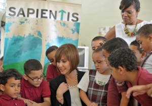 From left: Maritza Abadía, Banesco and Carmen Dechoudens, of the Juanita García Peraza Elementary School, with a group first graders during a reading session.