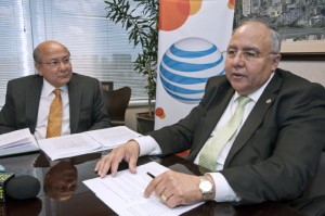 From left: AT&T's José Juan Dávila and Plaza Las Américas' Franklin Domenech