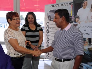 From left: Sweepstakes winner María C. Osorio-Torres, Josephine García, marketing manager of Mitsubishi Motor Sales of Caribbean Inc., and José Vázquez, owner of the Taíno Motors dealership where Osorio purchased and financed the vehicle that qualified her for the giveaway.