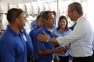 Gov. García-Padilla (right) meets with Destilería Serrallés employees during his visit to the plant Tuesday.