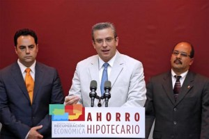 From left: Puerto Rico Mortgage Bankers Association President Agustín Rojo, Gov. García-Padilla, and Housing Finance Authority Executive Director José Sierra-Morales.