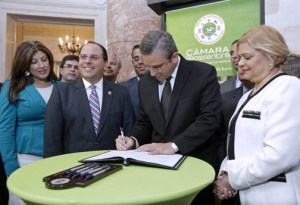From left: House Speaker Jaime Perelló, Gov. García-Padilla and Enid Monge during the law's signing. (Credit: La Fortaleza/Alex Rafael Román)