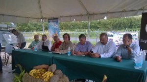 Agriculture Secretary Myrna Comas (center) during a news conference in Yabucoa. She is flanked by farmers of the region and municipal representatives.