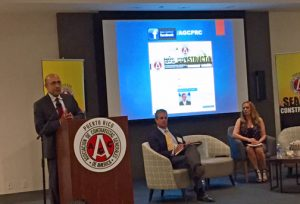 During a panel discussion sponsored by the Puerto Rico Chapter of the General Contractors Association, Economist Gustavo Vélez offered his opinion on the options to solve Puerto Rico's fiscal crisis. Attorney Jorge San Miguel and the group's President, Neyssa Varela, also spoke.