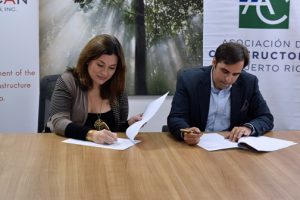 Grupo Guayacán Executive Director Laura Cantero and Builders Association President Ricardo Álvarez-Díaz sign off on the partnership.