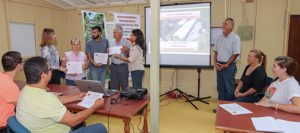 Workshop participants receive their participation certificates from Catherine Ríos and Wanda Santiago.