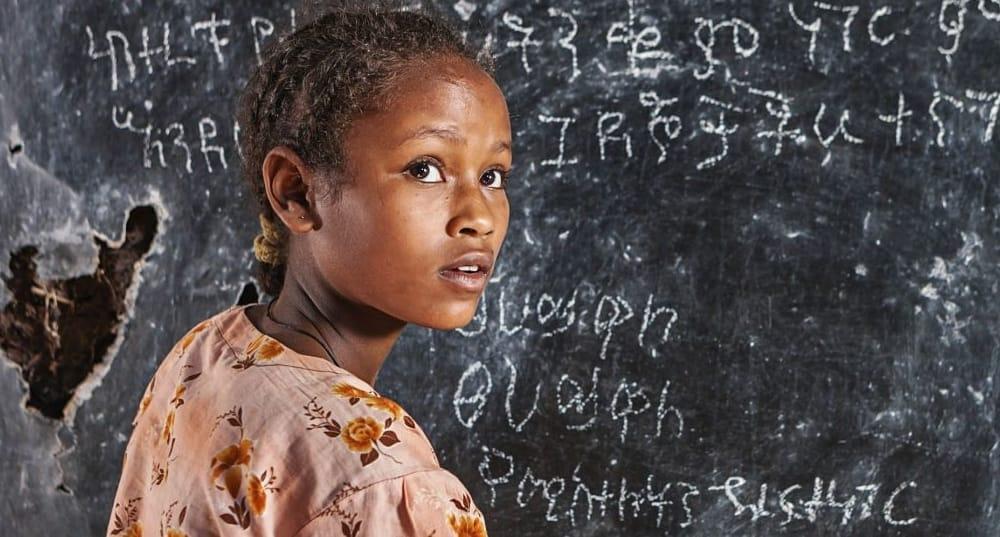 Nel mondo 1 ragazza adolescente su 3 non è mai andata a scuola