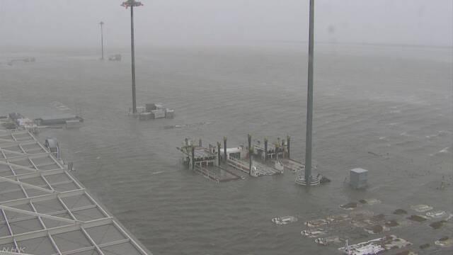 関西空港が高潮で浸水