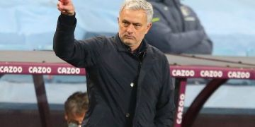 "Jose Mourinho hits out at ""selfish"" players dividing Tottenham dressing room"