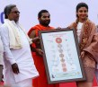 Shilpa Shetty Kundra Receiving Kundalini Chakra Chart from CM Siddaramaiah & Shwaasa Guru Shree Vachananda Swamiji