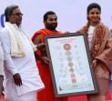 Shilpa Shetty Kundra Receiving Kundalini Chakra Chart from CM Siddaramaiah & Shwaasa Guru Shree Vachananda Swamiji