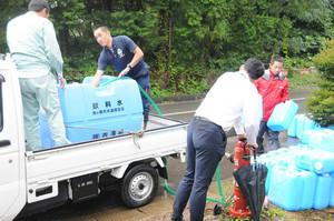 【写真:中日新聞】給水用の水を消火栓から採る市職員ら=駒ケ根市で