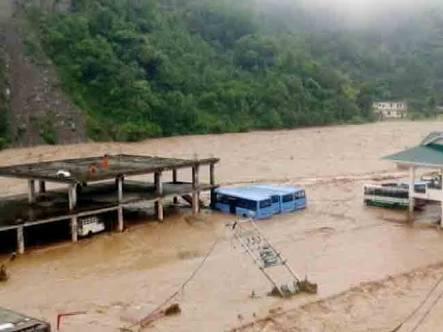 हिमाचल प्रदेश में भारी बारिश ने भारी तबाही मचाई है।