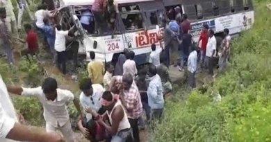 तेलंगाना में बस खाई में गिरी, 52 की मौत