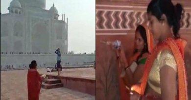 ताजमहल में पूजा करतीं महिलाएं
