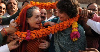 प्रियंका गांधी की राजनीति में एंट्री हो गई है। प्रियंका गांधी को कांग्रेस महासचिव बनाया गया है।