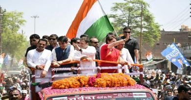 कांग्रेस अध्यक्ष राहुल गांधी ने बुधवार को अमेठी लोकसभा सीट में अपना नामांकन दाखिल किया। पर्चा दाखिल करने से पहले राहुल गांधी ने शक्ति प्रदर्शन किया और एक रोड शो निकाला।