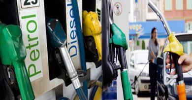मदर डेयरी के दूध में 2 रुपये की बढ़ोत्तरी के बाद अब पेट्रोल और डीजल के दाम 3 रुपये तक बढ़ सकते हैं।