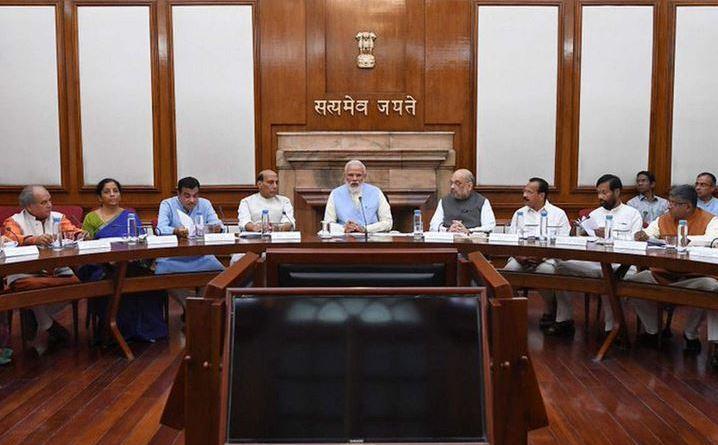 मोदी सरकार ने अपनी पहली कैबिनेट बैठक में किसानों को बड़ा तोहफा दिया है। पीएम किसान सम्मान निधि योजना के तहत अब हर किसान को सालाना 6000 रुपये मिलेंगे।