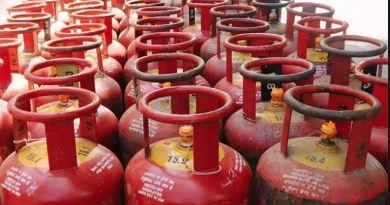आम आदमी के लिए राहत की खबर है। रसोई गैस सिलेंडर की कीमतों में भारी कटौती की गई है। आज से LPG सिलेंडर 100.50 रुपये सस्ता मिलेगा।