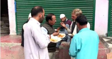 कश्मीर में कश्मिरियों के साथ लंच करते अजित डोभाल