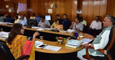 सीएम त्रिवेंद्र सिंह रावत ने अधिकारी की बैठक ली।