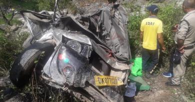 उत्तराखंड में टिहरी गढ़वाल जिले के घनसाली में भीषण सड़क हादसा हुआ है। बोलेरो के खाई में गिरने से तीन लोगों की दर्दनाक मौत हो गई है।