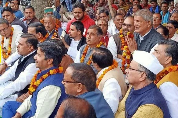 पूर्व मुख्यमंत्री हरीश रावत ऋषिकेश में धरने और उपवास पर बैठ गए हैं। वो टिहरी बांध को निजी हाथों में सौंपने का विरोध कर रहे हैं।