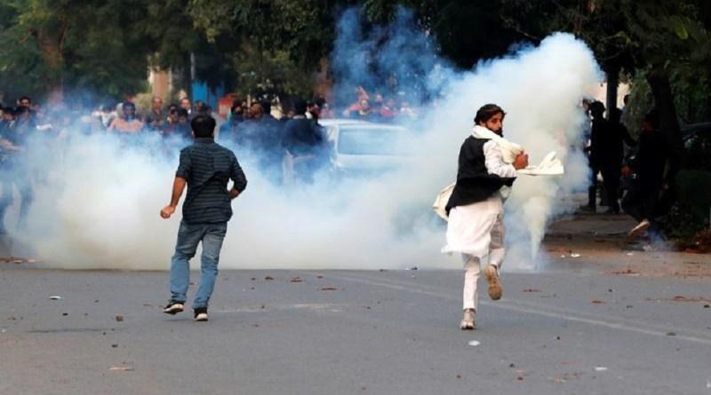 नागरिकता संशोधन कानून पर असम के बाद दिल्ली में सबसे बड़ा बवाल हुआ है। दिल्ली के जामियान नगर में तीन बसों को आग के हवाले कर दिया गया है।