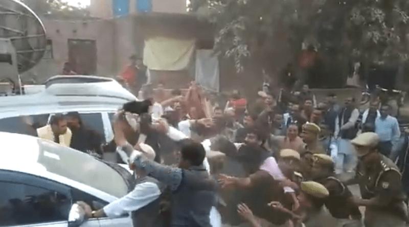 दिल्ली के सफदरजंग अस्पताल में उन्नाव गैंगरेप पीड़िता के निधन के बाद पूरे देश में गुस्सा है। रेप पीड़िता की मौत के बाद लोग सड़कों पर उतर आए हैं।
