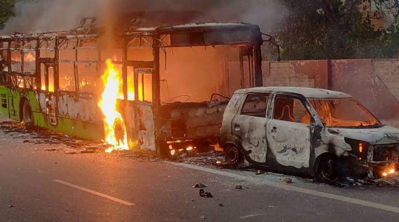 नागरिकता संशोधन एक्ट को लेकर प्रदर्शन के दौरान दिल्ली के जामिया नगर में बड़ा बवाल हो गया है। प्रदर्शनकारियों ने कई डीटीसी बसों को आग के हवाले कर दिया।