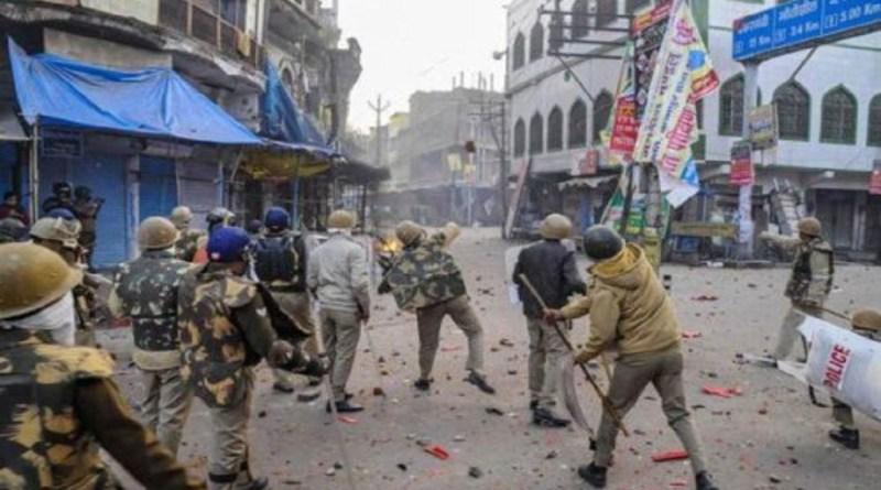 नागरिकता संशोधन कानून के खिलाफ देश भर में विरोध प्रदर्शन जारी है। इस बीच उत्तर प्रदेश में पुलिस उग्र प्रदर्शन करने वालों के खिलाफ केस दर्ज कर रही है।
