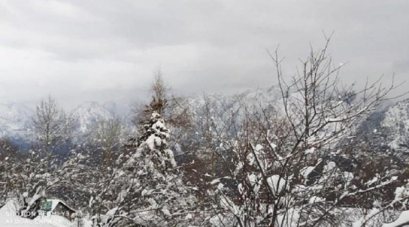 उत्तराखंड में एक बार फिर मौसम का मिजाज बदला है। पहाड़ी जिलों में बर्फबारी हुई है। बर्फबारी के बाद खूबसूरत तस्वीरें सामने आई हैं।