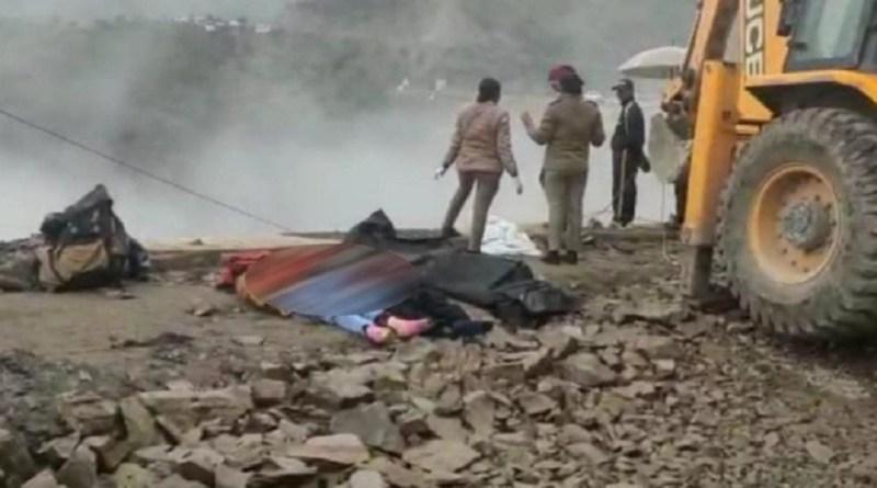 उत्तराखंड के ऋषिकेश-बदरीनाथ हाईवे पर सकनीधार के पास हुए सड़क हादसे से कोहराम मच गया है। कार के गहरी खाई में गिरने से दो परिवारों के 6 लोगों की दर्दनाक मौत हो गई है।