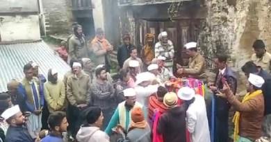 उत्तराखंड में होली उत्सव जारी है। अल्मोड़ा के विश्व प्रसिद्ध जागेश्वर धाम में होली के चीर बंधन के साथ ही होली महोत्सव का शुभारंभ किया गया।