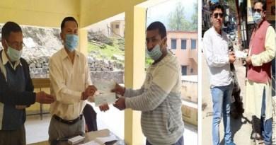 कोरोना संकट से निपटने के लिए हर कोई अपने स्तर पर मदद को हाथ आगे बढ़ा रहा है। चमोली में थराली के पूर्व ब्लॉक प्रमुख और बीजेपी नेता राकेश जोशी ने मदद का हाथ बढ़ाया है।