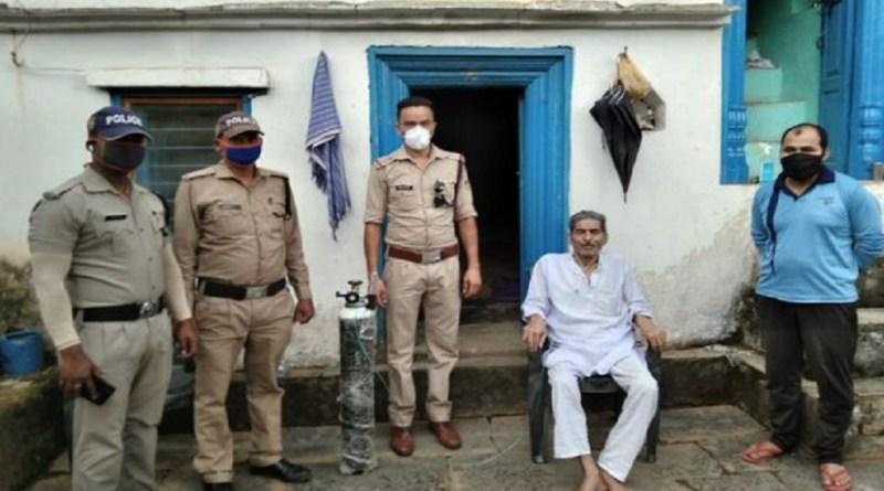 लॉकडाउन के दौरान उत्तराखंड की अल्मोड़ा पुलिस अपने कर्तव्यों का पालन करते हुए सामाजिक दायित्व को भी बखूबी निभा रही है और जरूरतमंदों की मदद आगे बढ़ कर कर रही है।