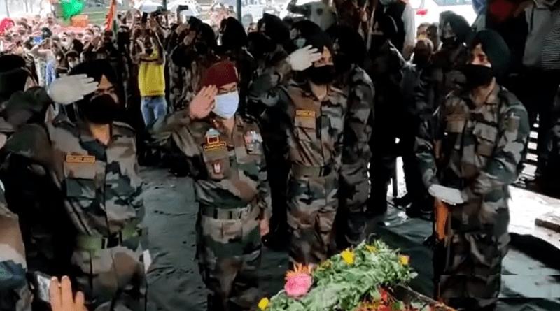 जम्मू-कश्मीर के हंदवाड़ा में आतंकियों से मुठभेड़ में शहीद हुए अल्मोड़ा निवासी जवान दिनेश सिंह गैड़ा का बारिश के बीच रामेश्वर घाट पर सैन्य सम्मान के साथ अंतिम संस्कार किया गया।
