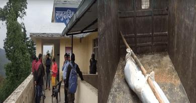 उत्तराखंड के अल्मोड़ा के भैंसिया छाना ब्लॉक ग्रामसभा में शोबन सिंह पुत्र हयात सिंह गुजरात से 12 मई को अपने घर पहुंचा था।