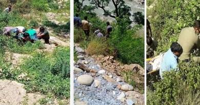 उत्तराखंड के चमोली में शनिवार को दर्दनाक सड़क हादसा हुआ है। बगोली के पास एक बेकाबू कार 100 मीटर नीच पिंडर नदी में गिर गई।