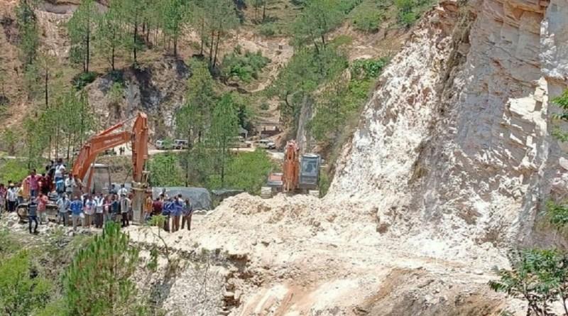 उत्तराखंड के चमोली में सड़क निर्माण के दौरान पहाड़ दरकने से बड़ा हादसा हुआ है। यहीं थराली में सड़क को चौड़ा किया जा रहा था। इसी दौरान पहाड़ दरक गया, जिसमें दो लोग दब गए।