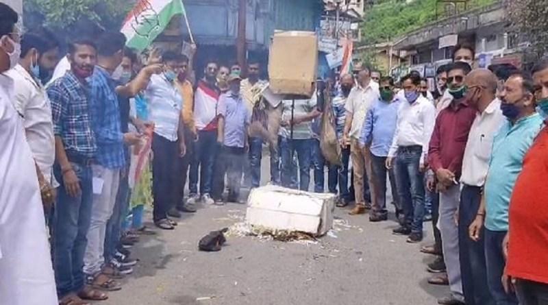 उत्तराखंड में कांग्रेस नेताओं के खिलाफ की गई FIR के विरोध में मंगलवार को कांग्रेस कार्यकर्ताओं ने अल्मोड़ा में प्रदर्शन किया।