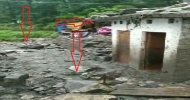 उत्तराखंड के पहाड़ी इलाकों में भारी बारिश हुई है। बीती रात हुई भारी बारिश के बाद तबाही की खबर सामने आई है।