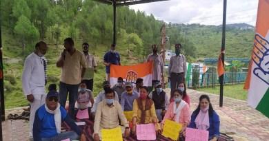 अल्मोड़ा में कोसी में निर्मित इंटेक वेल की एसआईटी जांच की मांग को लेकर कांग्रेस ने शुक्रवार को कोसी बैराज पहुंच इंटेक वेल परिसर में धरना प्रदर्शन किया।